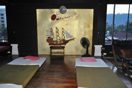 The Royal Palm Beach Front: зона для массажа