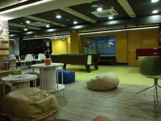 Generator Hostel Barcelona: Además, cuenta con una mesa de pool y metegol.