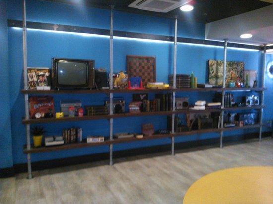 Generator Hostel Barcelona: El Hostel cuenta con una planta de entretenimientos con libros, juegos y sillones.