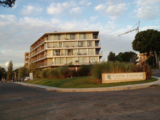 Costa Colonia Riverside Boutique Hotel : Vue extérieure de l'hôtel, une construction récente faite de béton, acier, verre, bois et toile