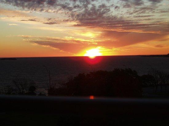 Costa Colonia Riverside Boutique Hotel : Coucher de soleil sur le Rio de la Plata depuis le balcon de la river loft 404