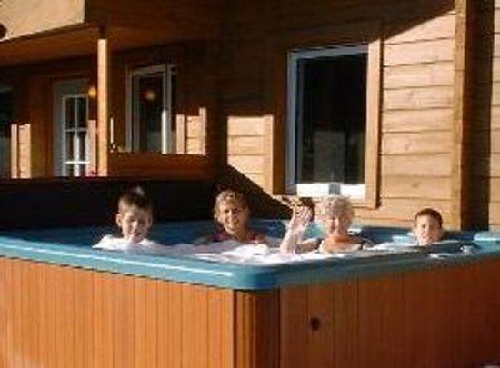 Quiet Bay Log Motel & Cafe: hot tub