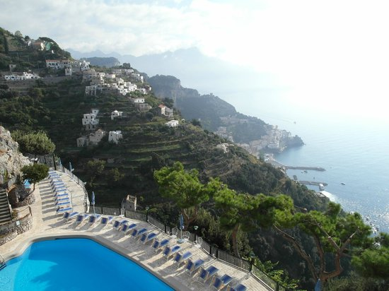Excelsior Grand Hotel: Veduta di Amalfi e della piscina dall'albergo