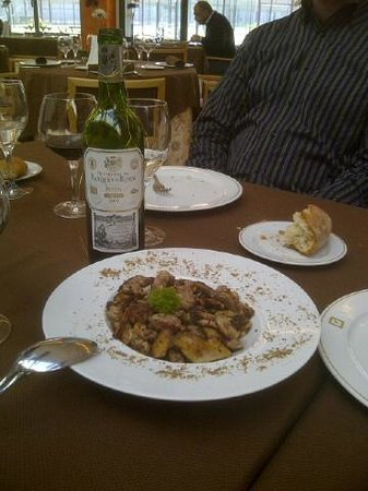 HQ La Galeria Hotel : Sheep Adrenal Glands and a bottle of the local red wine
