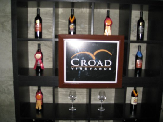The Inn at Croad Vineyards: wine tasting room