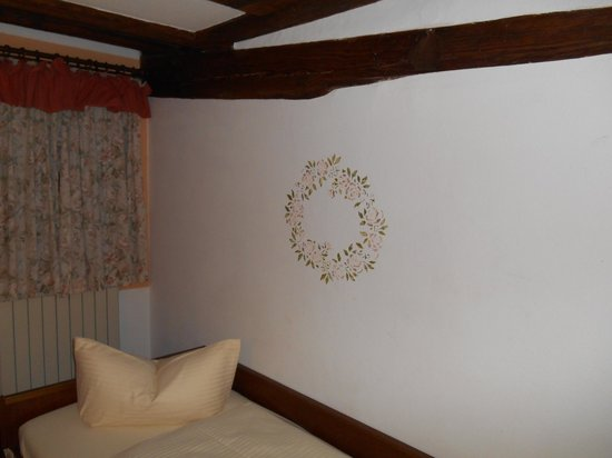 Hotel Klosterstueble : hotel room with twin beds - wall decor