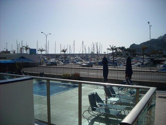 Morasol Suites: vanaf je balkon uitzicht op het zwembad en de jachhaven