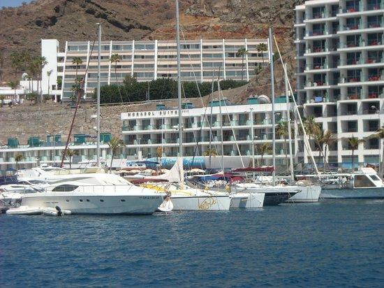 Morasol Suites: vanuit de andere kant van de jachthaven uitzicht op Morales