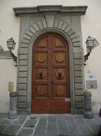 Hotel Aldobrandini: Portão de entrada do prédio.