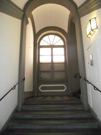 Hotel Aldobrandini: Escadaria de acesso ao hotel que fica no segundo andar.