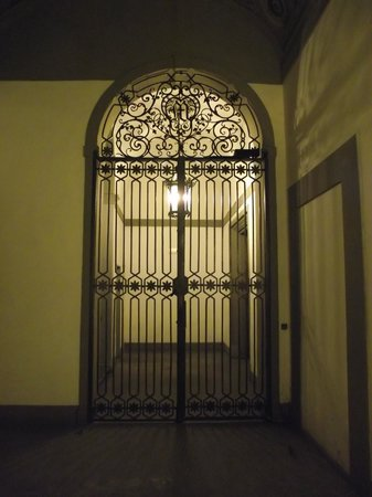 Hotel Aldobrandini: Portão de entrada do prédio visto de dentro.