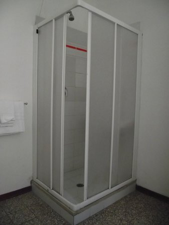 Hotel Aldobrandini: Box com lavatório, separado do banheiro.
