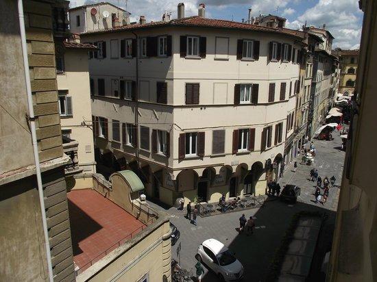 Hotel Aldobrandini: Rua Faenza e parte da Piazza Madonna Aldobrandini vistos da janela do quarto.