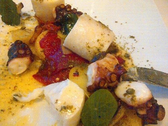 Grand Hotel: halibut, calamar, alcachofa y patata con salsa de limon