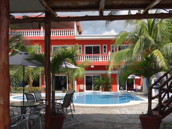 SABAS Beach Resort: Blick aus Richtung Strand auf das Hotel