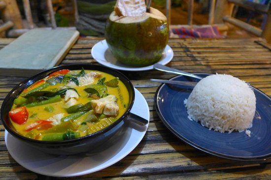 Mama Pooh's Kitchen : Yellow curry with fish and an ice cold coconut
