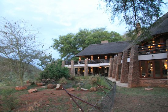 Kwa Maritane Bush Lodge: The view of the back of the restaurant into the bush