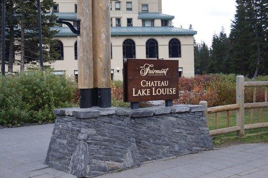 Fairmont Chateau Lake Louise : ホテルの裏庭からレイクルイーズお畔へ出れます