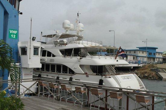 Sint Maarten Yacht Club Bar & Restaurant : A little boat passing by