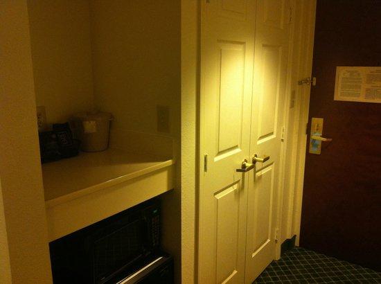 Fairfield Inn & Suites Atlanta Airport South/Sullivan Road: closet