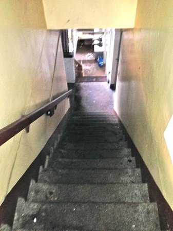 The Home Christian Inn: Steep Stairs to rooms