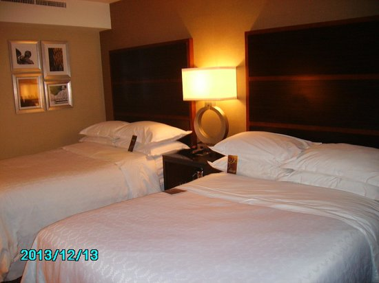 Sheraton New York Times Square Hotel: Queen bed each for my daughter and me!