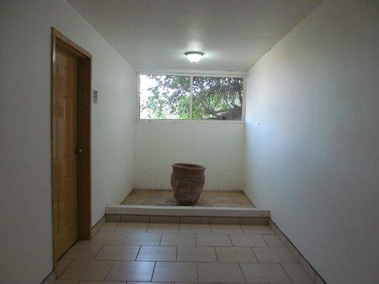 Paradise Flamingo Beach : Basement hallway