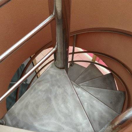 Hotel Sir Anthony: Spiral staircase, not a lot of room!