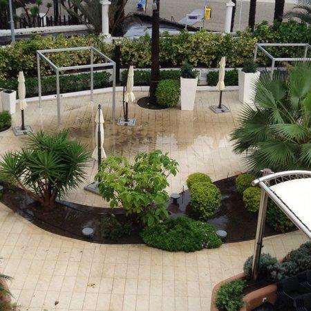 Hotel Sir Anthony: Flooded gardens