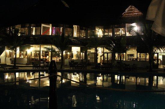 Jacaranda Beach Resort : struttura di notte