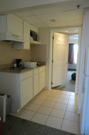 Days Inn & Suites Wildwood: Kitchen area