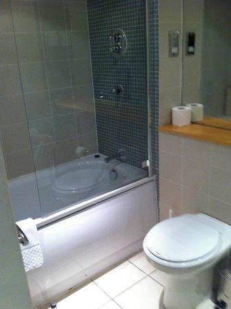 The Atrium Serviced Apartments: bathroom