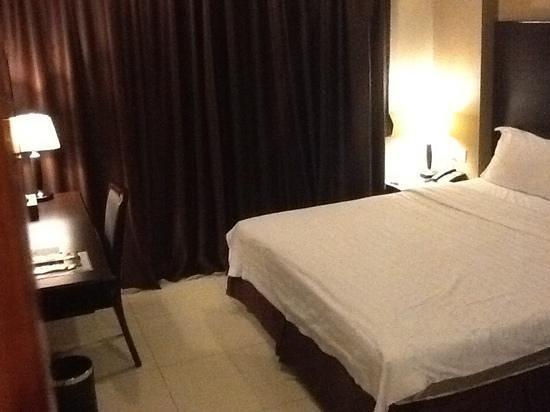 Kingston Hotel Kota Kinabalu: King size bed