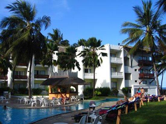 Bamburi Beach Hotel: Piscine de l'hôtel et jardin