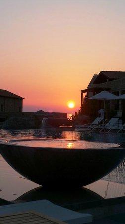 The Westin Resort, Costa Navarino: piazza della piscina centrale al calare dle sole