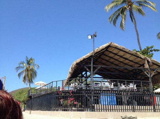 Hotel Tequendama Inn Santa Marta by Sercotel : beach exit; view of balcony an restaurant area