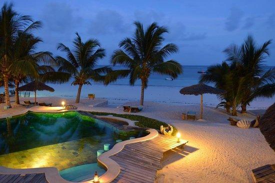 Waterlovers Beach Resort : Pool mit Strand am Abend