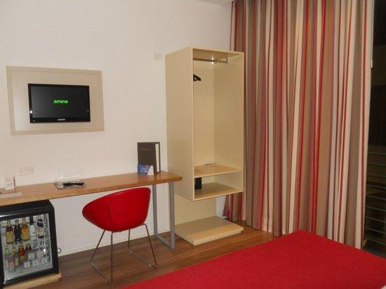 Tavolino/scrivania Frigobar - Foto di Le Terrazze Hotel e Residence ...