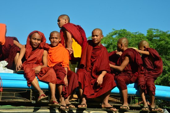 Temples de Bagan : a busload of young monks