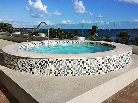 Crowne Plaza Santo Domingo: Jacuzzi on pool deck