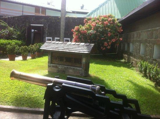 Fort Young Hotel: Entrada al hotel