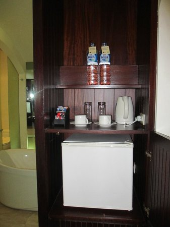 Novotel Bali Benoa: Mini Fridge/Kettle