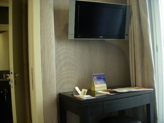 Hotel Mancino 12: Desk and 2nd TV in sitting area
