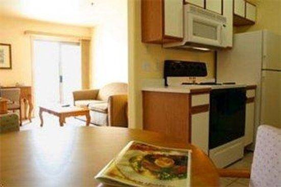 Emerald Suites Cameron: Living Area/Kitchen