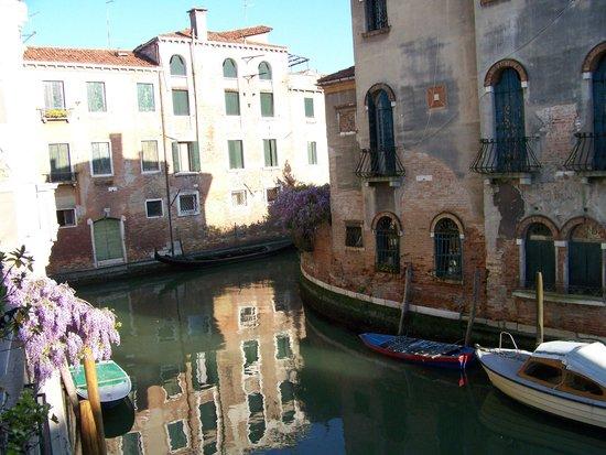 Hotel Dalla Mora : The canal outside my window
