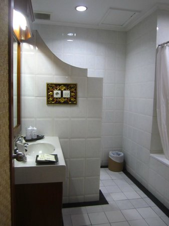 Rama Beach Resort and Villas: Bathroon