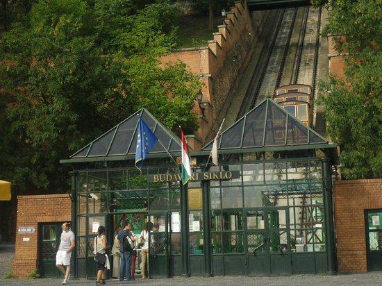 Carlton Hotel Budapest: Cremagliera per citta vecchia