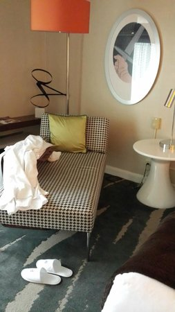 Revere Hotel Boston Common: Standard room (robe and shoes provided)