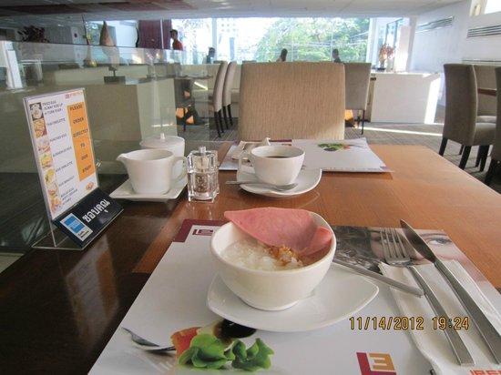 Le Fenix Sukhumvit: dining restuarant  , free breakfast