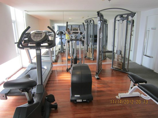 Le Fenix Sukhumvit : exercise room next to pool